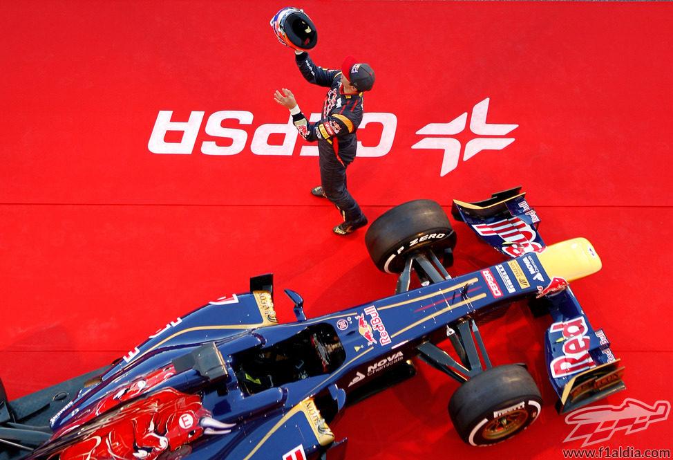 Daniel Ricciardo juega con su casco en la presentación del STR8