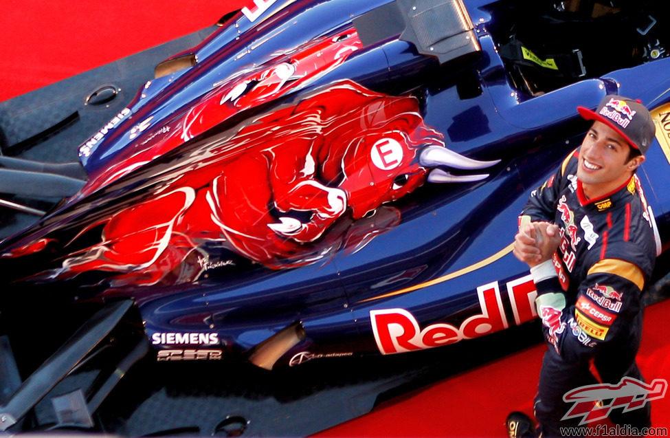 Daniel Ricciardo mira a la cámara en la presentación de Toro Rosso