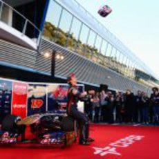 Daniel Ricciardo tira su casco al aire durante la presentación