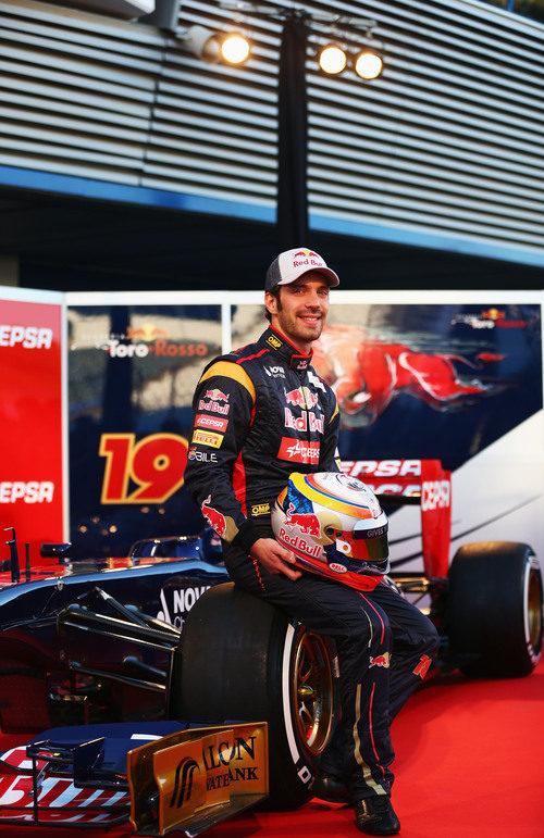 Jean-Eric Vergne posa sobre el STR8 durante la presentación en Jerez