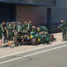 Charles Pic pasa por boxes para practicar un 'pit-stop'