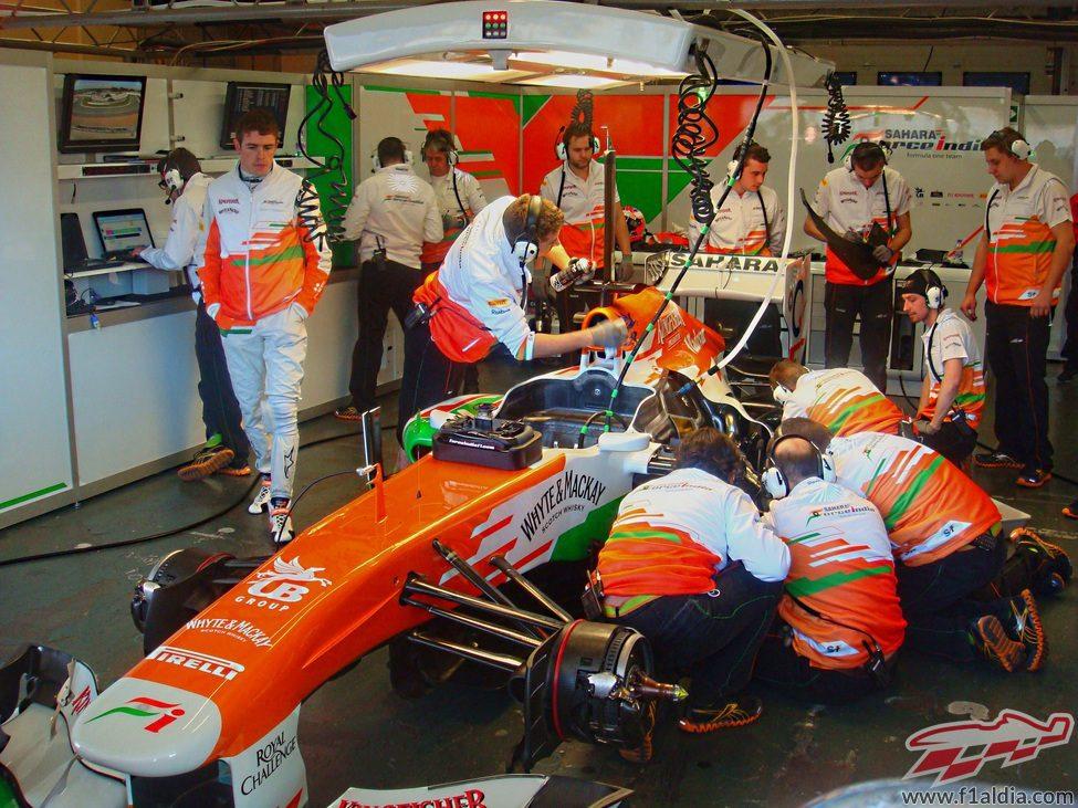Paul di Resta observa cómo trabajan con su coche