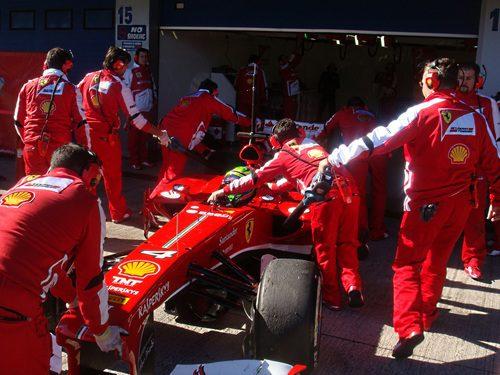 Los mecánicos de Ferrari meten el F138 en el garaje