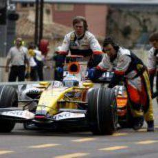 Alonso entra al garaje