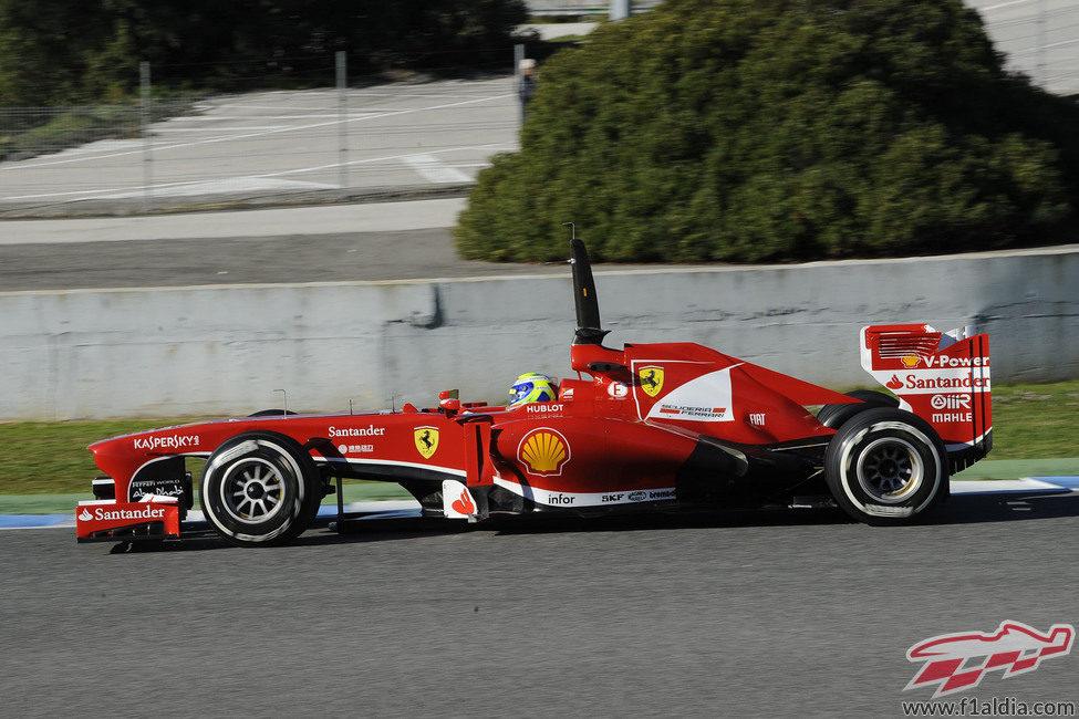Felipe Massa rueda con el F138 en Jerez