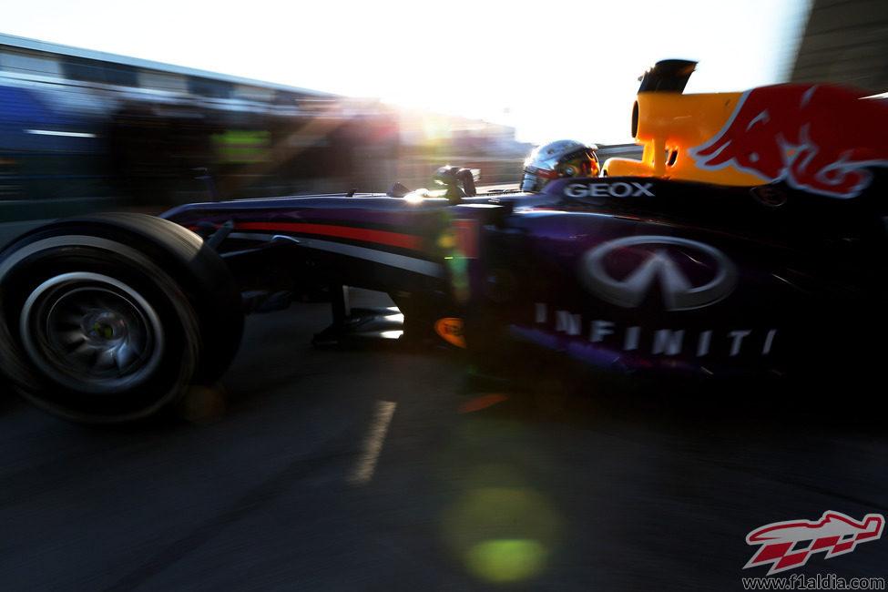 Mark Webber sale del garaje con su nuevo Infiniti Red Bull