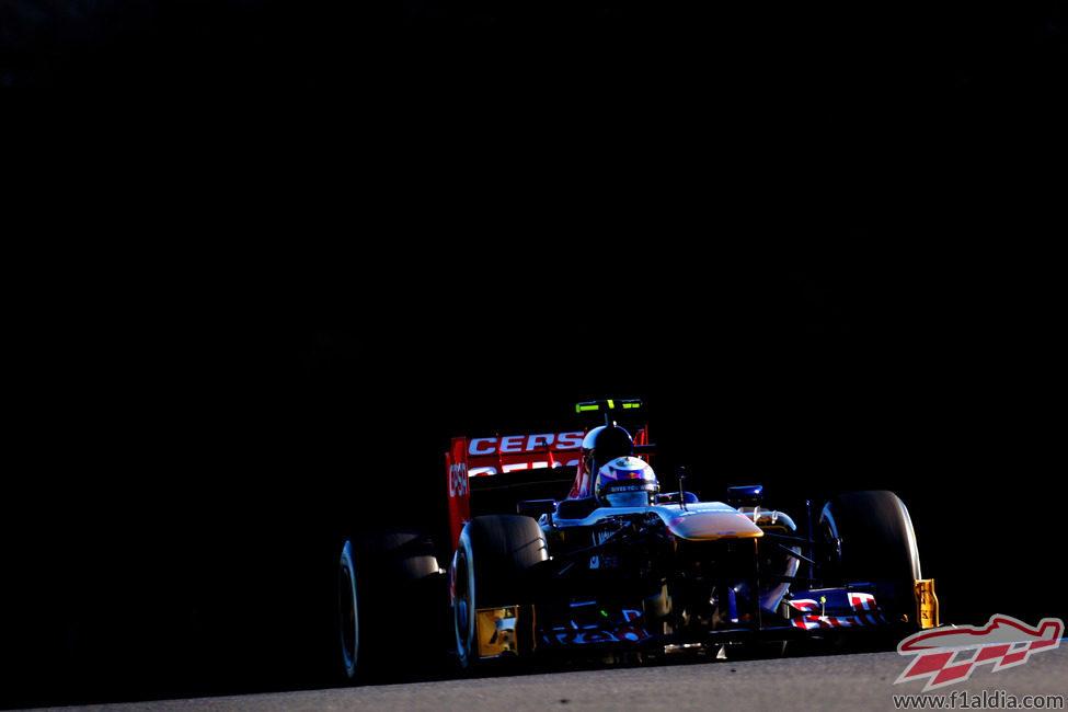 El STR8 de Daniel Ricciardo emerge de la oscuridad