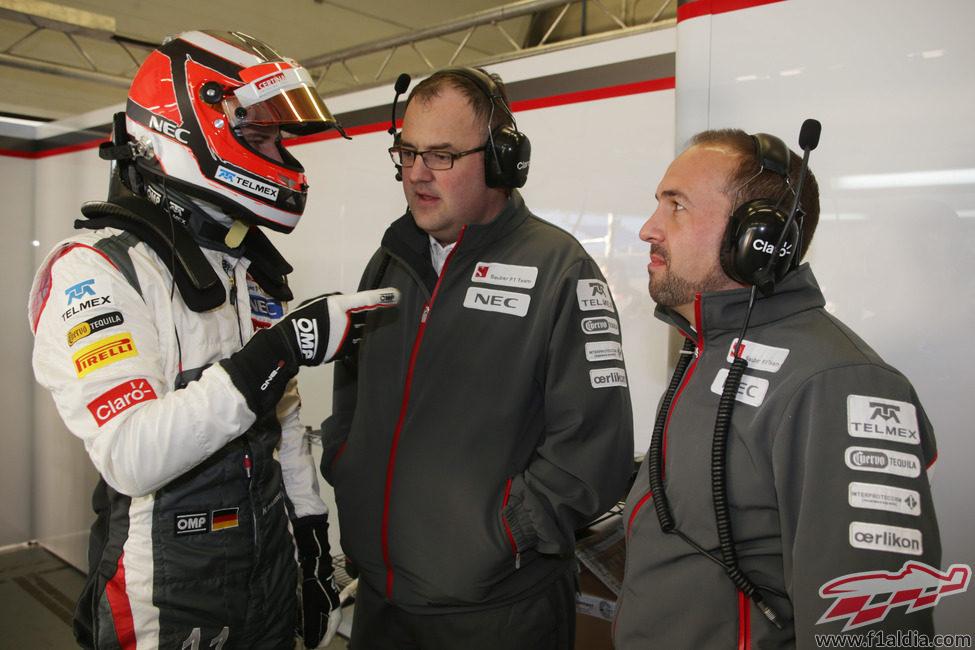 Nico Hülkenberg habla con los ingenieros de Sauber