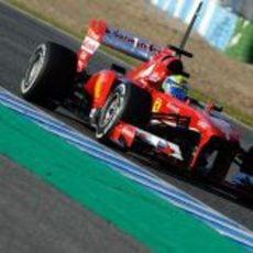 Felipe Massa rueda durante la segunda tarde de test en Jerez