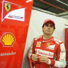 Pedro de la Rosa con el mono de Ferrari