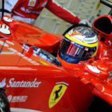 Pedro de la Rosa, montado en el F138