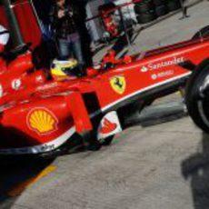 Pedro de la Rosa sale a pista con el Ferrari F138