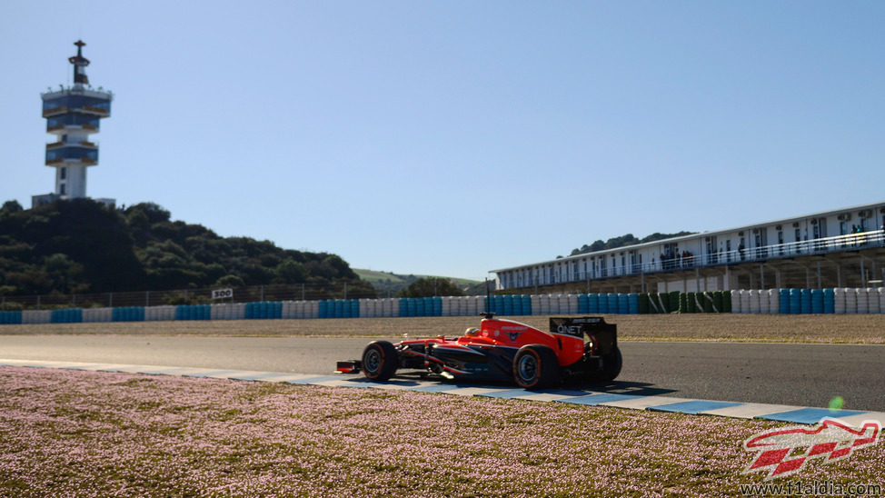 Luiz Razia en el circuito de Jerez con el Marussia MR02