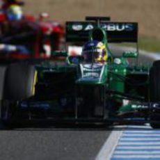 Charles Pic rueda por delante de Felipe Massa