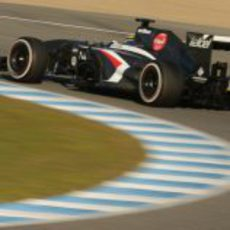 Esteban Gutiérrez pasa por una curva en Jerez