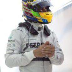 Lewis Hamilton, a la espera en su box