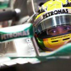 Lewis Hamilton mira por el retrovisor