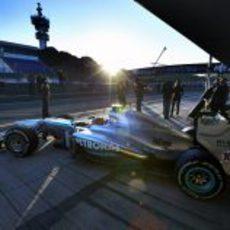 Lewis Hamilton sale a pista con el W04