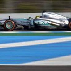 Un día pleno de fiabilidad para Mercedes