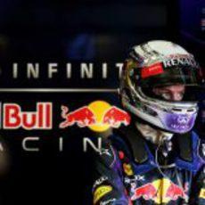 Sebastian Vettel en el box de Red Bull en Jerez