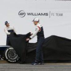 Pastor Maldonado y Valtteri Bottas muestran el morro del FW35