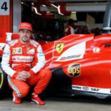 Fernando Alonso posa con el F138 en su estreno