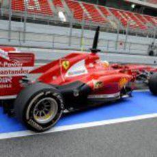 Fernando Alonso sale a pista con el F138