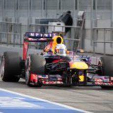 Sebastian Vettel pasa por el 'pit-lane' de Montmeló