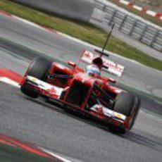 Fernando Alonso rueda en Montmeló con el nuevo F138