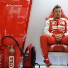 Fernando Alonso esperando en el box