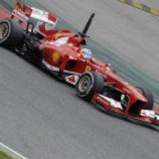 Fernando Alonso con el F138 en Montmeló