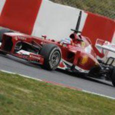 Fernando Alonso se prepara para una frenada