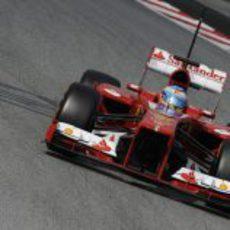 Fernando Alonso rueda en el Circuit de Catalunya