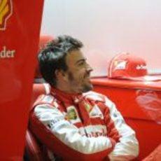 Fernando Alonso sonríe en el box de Ferrari