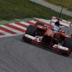 El F138 de Fernando Alonso rozando el piano