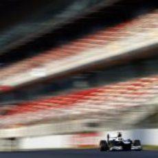 Pastor Maldonado pasa por la recta de Montmeló