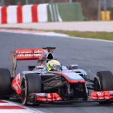 Sergio Pérez se prepara para coger una curva en Montmeló