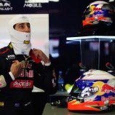 Daniel Ricciardo se prepara en el box