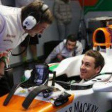 Adrian Sutil se prueba el asiento con Force India