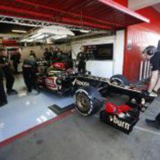 El Lotus E21, al box