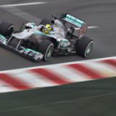 Nico Rosberg pasa por la recta de meta