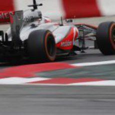 Jenson Button rueda en la pista de Montmeló