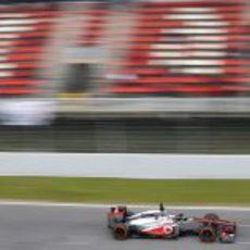 El McLaren MP4-28 pasa por la recta de meta