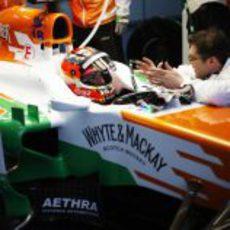 Jules Bianchi charla con los ingenieros de Force India