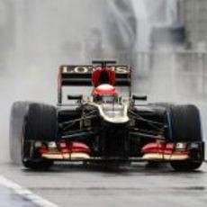 Romain Grosjean con el Lotus E21 por el pitlane