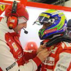 Buen ambiente en el box de Ferrari