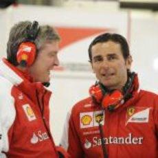 Pedro de la Rosa en el box de Ferrari
