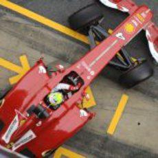 Felipe Massa sale a pista con el F138