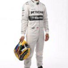 Lewis Hamilton posa con su nuevo mono