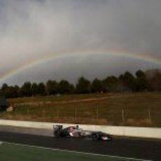 Esteban Gutiérrez pilota su Sauber bajo el arcoíris en Montmeló